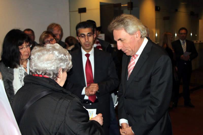 Kölner Oberbürgermeister Herr Roters nimmt die Unterschriftenlisten entgegen