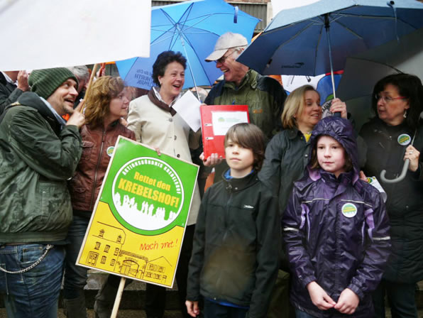 Die Mitglieder des Aktionsbündnisses Krebelshof übergeben vor dem Rathaus die 5000 gesammelten Unterschriften an Frau Dr. Agnes Klein, Leiterin des Dezernats IV - Bildung, Jugend und Sport