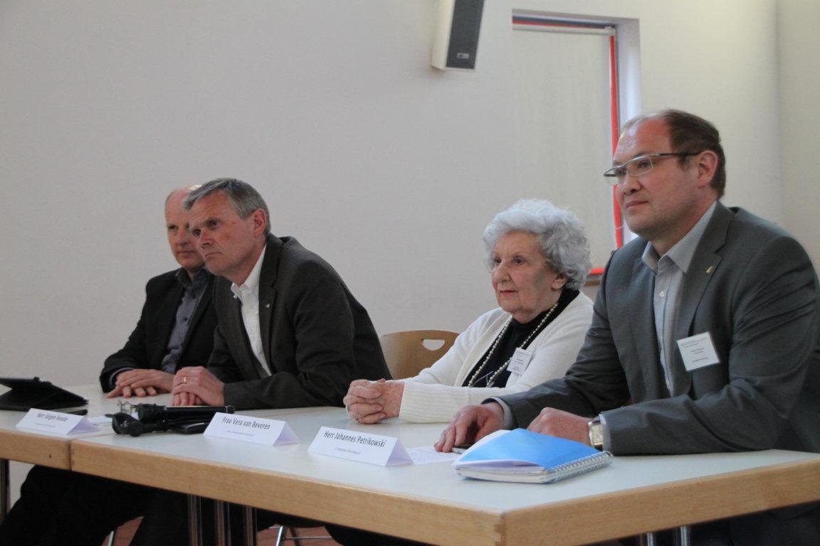 v.l.n.r: KVB-Vertreter Gunther Höhn, Jürgen Fenske und IG-Vorstandsmitglieder Vera van Beveren und Johannes Petrikowski